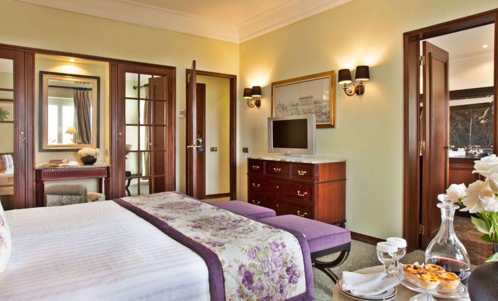 https://golftravelpeople.com/wp-content/uploads/2019/04/Hotel-Palacio-Estoril-Bedrooms-12-1024x619.jpg