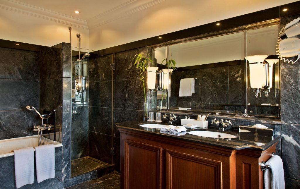 https://golftravelpeople.com/wp-content/uploads/2019/04/Hotel-Palacio-Estoril-Bedrooms-13-1024x646.jpg