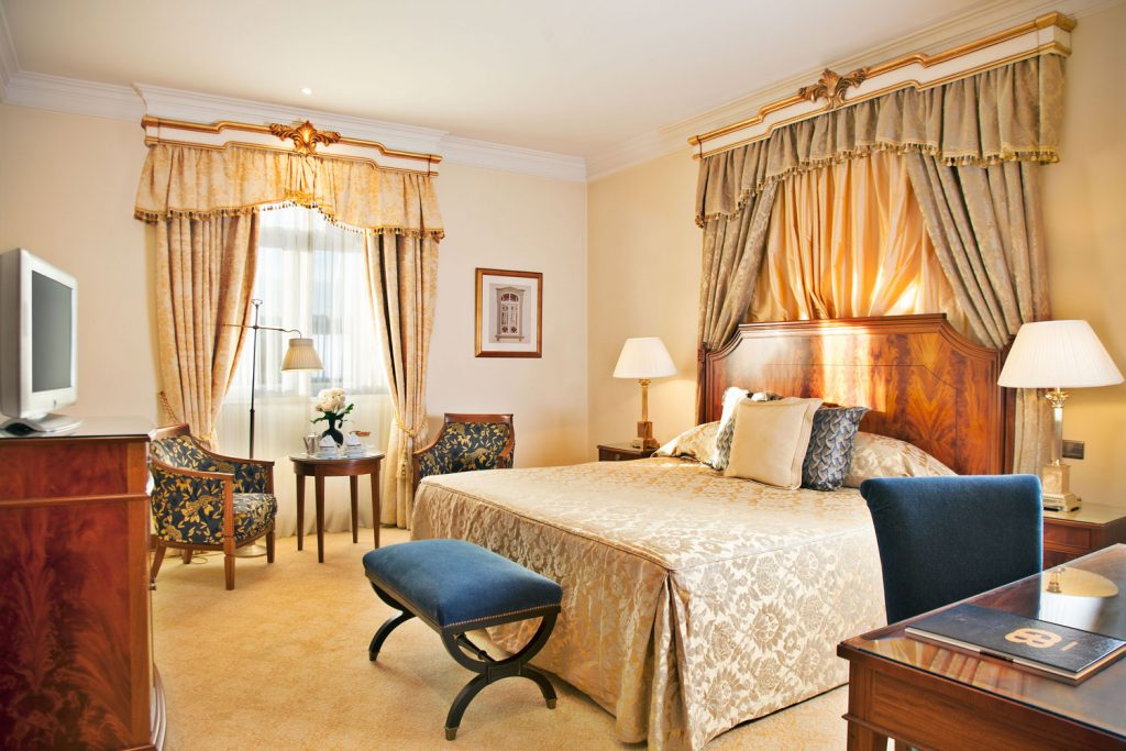 https://golftravelpeople.com/wp-content/uploads/2019/04/Hotel-Palacio-Estoril-Bedrooms-14-1024x683.jpg
