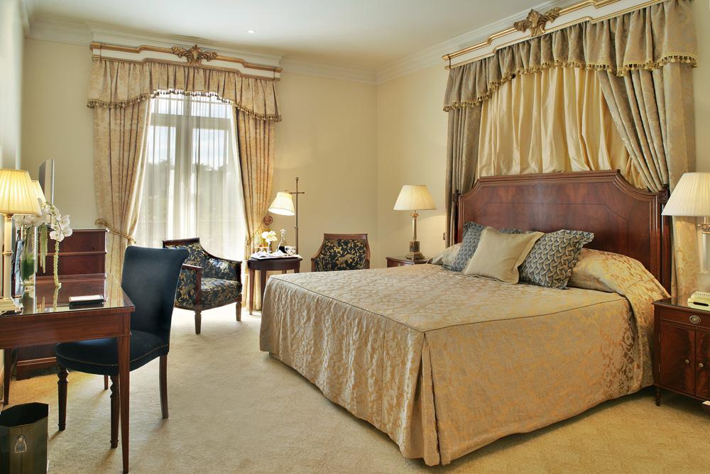 https://golftravelpeople.com/wp-content/uploads/2019/04/Hotel-Palacio-Estoril-Bedrooms-15.jpg