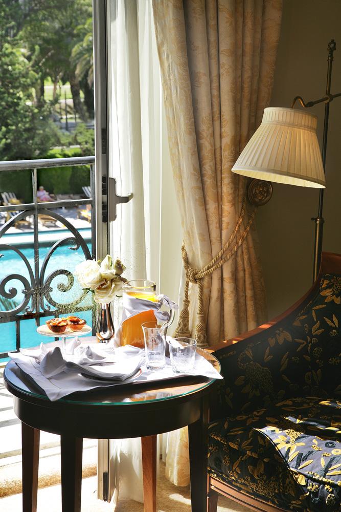 https://golftravelpeople.com/wp-content/uploads/2019/04/Hotel-Palacio-Estoril-Bedrooms-16.jpg