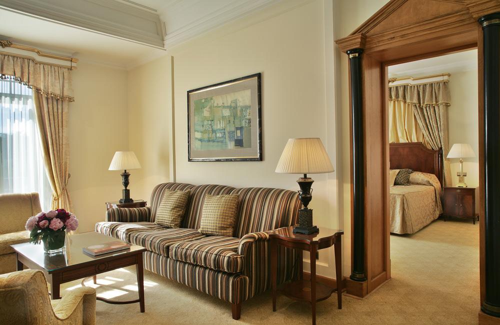 https://golftravelpeople.com/wp-content/uploads/2019/04/Hotel-Palacio-Estoril-Bedrooms-17.jpg