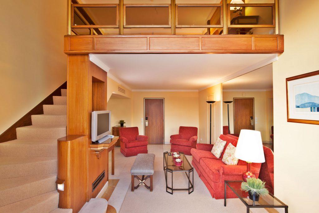 https://golftravelpeople.com/wp-content/uploads/2019/04/Hotel-Palacio-Estoril-Bedrooms-19-1024x683.jpg