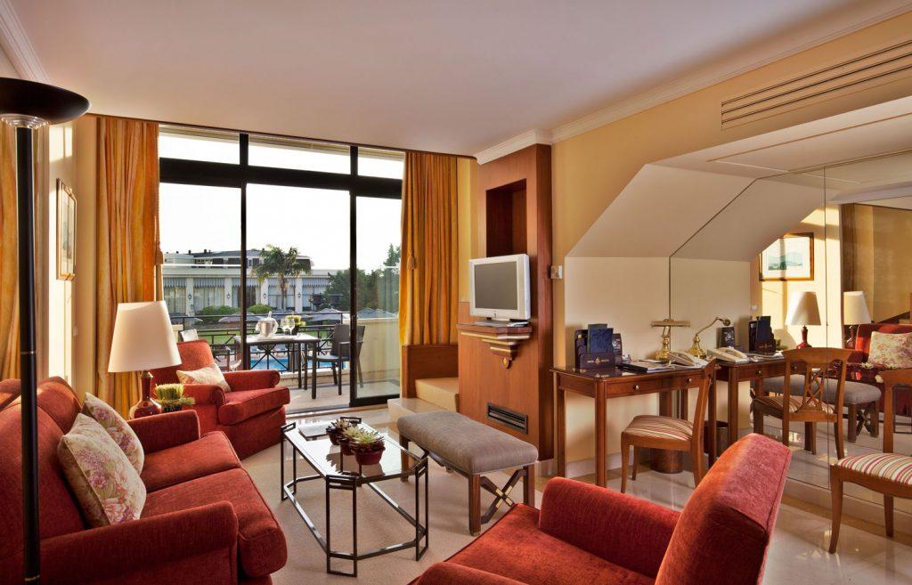 https://golftravelpeople.com/wp-content/uploads/2019/04/Hotel-Palacio-Estoril-Bedrooms-20-1024x657.jpg