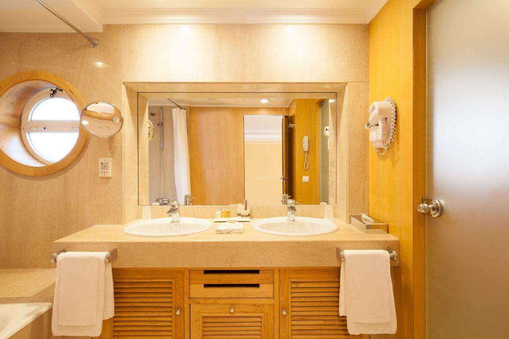 https://golftravelpeople.com/wp-content/uploads/2019/04/Hotel-Palacio-Estoril-Bedrooms-23-1024x683.jpg
