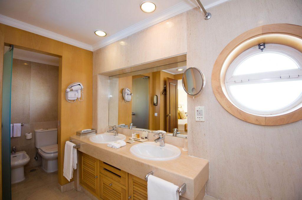 https://golftravelpeople.com/wp-content/uploads/2019/04/Hotel-Palacio-Estoril-Bedrooms-24-1024x681.jpg