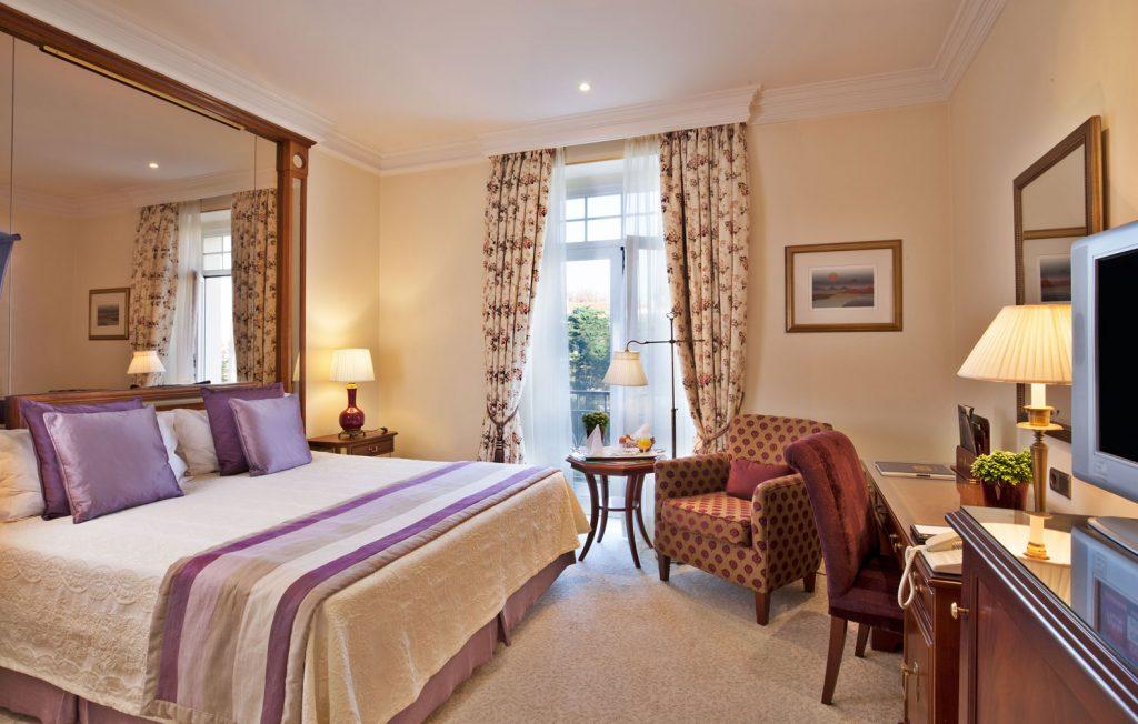 https://golftravelpeople.com/wp-content/uploads/2019/04/Hotel-Palacio-Estoril-Bedrooms-25-1024x652.jpg