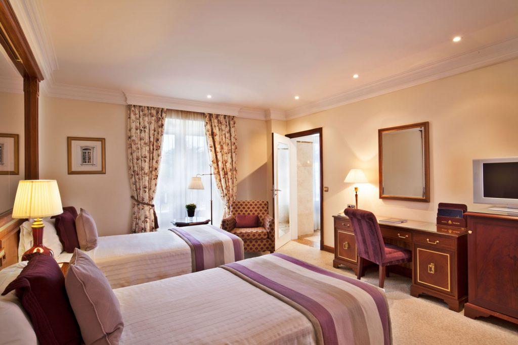 https://golftravelpeople.com/wp-content/uploads/2019/04/Hotel-Palacio-Estoril-Bedrooms-26-1024x683.jpg