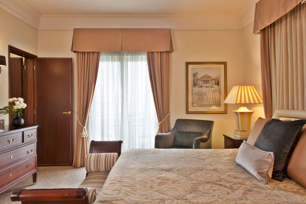 https://golftravelpeople.com/wp-content/uploads/2019/04/Hotel-Palacio-Estoril-Bedrooms-3-1024x683.jpg