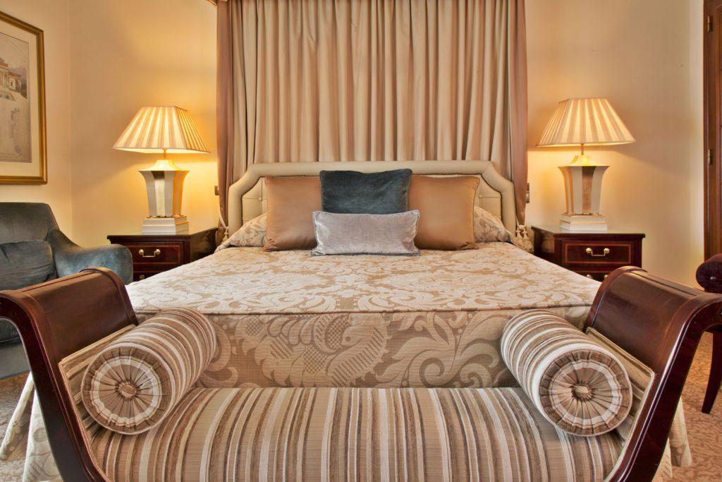 https://golftravelpeople.com/wp-content/uploads/2019/04/Hotel-Palacio-Estoril-Bedrooms-5-1024x683.jpg
