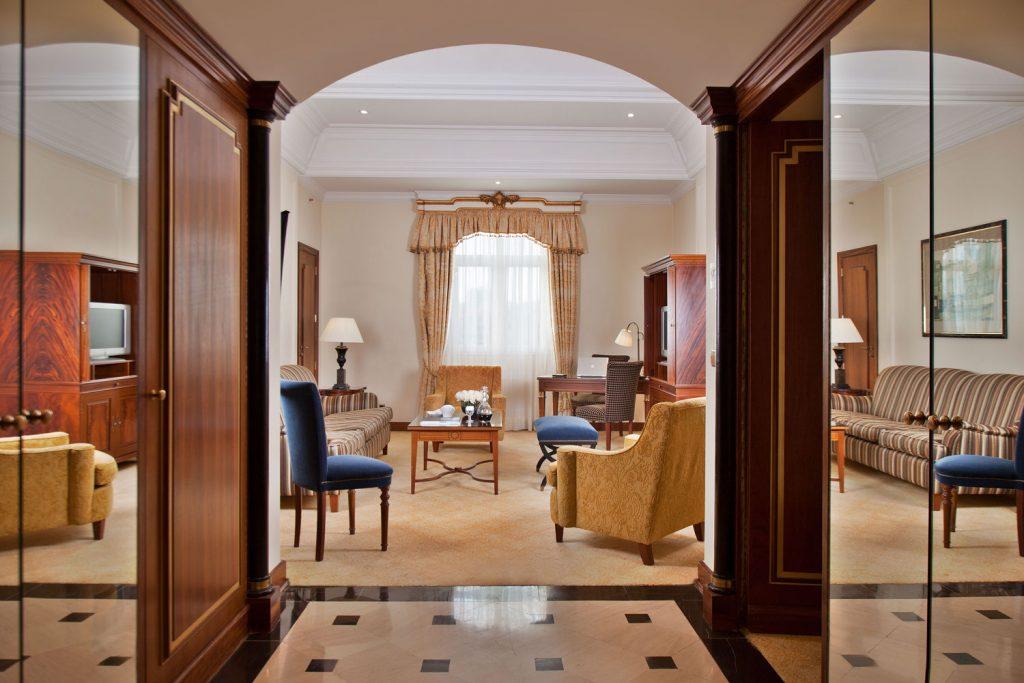 https://golftravelpeople.com/wp-content/uploads/2019/04/Hotel-Palacio-Estoril-Bedrooms-7-1024x683.jpg
