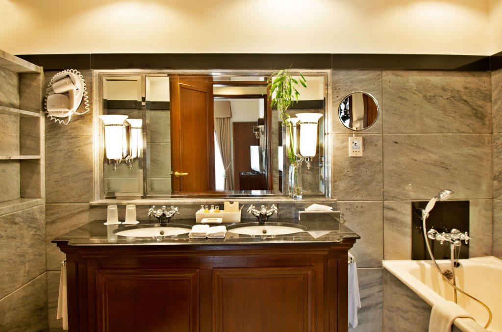 https://golftravelpeople.com/wp-content/uploads/2019/04/Hotel-Palacio-Estoril-Bedrooms-9-1024x677.jpg