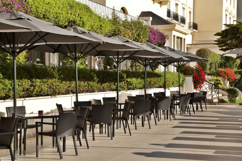 https://golftravelpeople.com/wp-content/uploads/2019/04/Hotel-Palacio-Estoril-External-7-1024x683.jpg