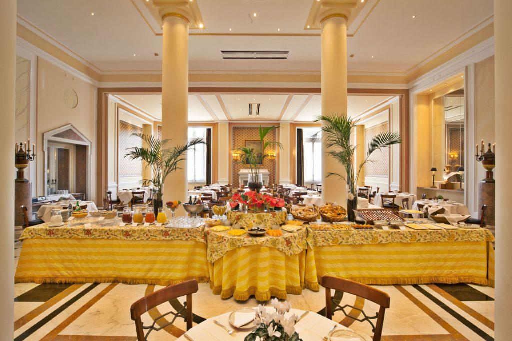 https://golftravelpeople.com/wp-content/uploads/2019/04/Hotel-Palacio-Estoril-Restaurants-5-1024x683.jpg