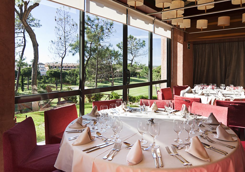 https://golftravelpeople.com/wp-content/uploads/2019/04/Islantilla-Golf-Resort-Hotel-Bars-Restaurants-11-1024x721.jpg