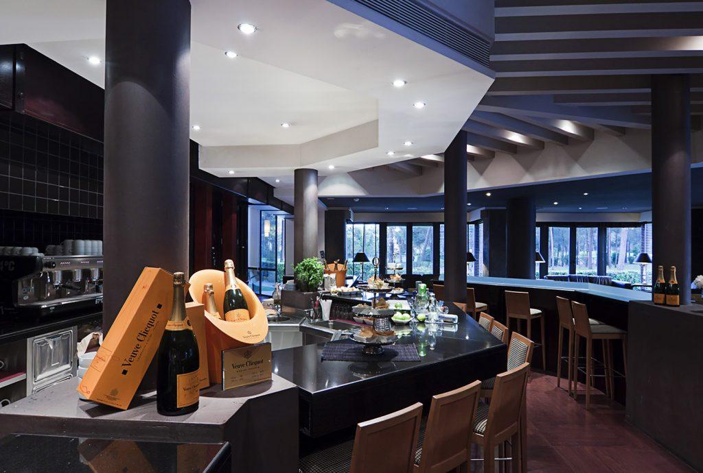 https://golftravelpeople.com/wp-content/uploads/2019/04/Islantilla-Golf-Resort-Hotel-Bars-Restaurants-13-1024x690.jpg