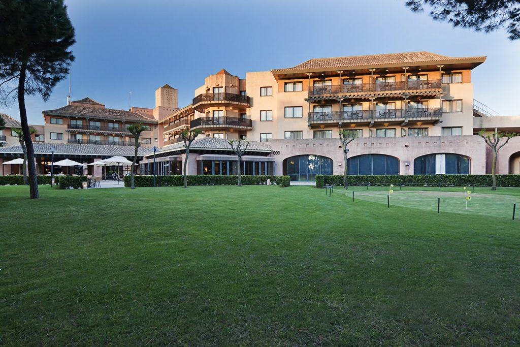 https://golftravelpeople.com/wp-content/uploads/2019/04/Islantilla-Golf-Resort-Hotel-Bars-Restaurants-19-1024x683.jpg