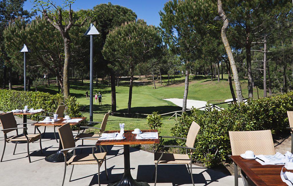 https://golftravelpeople.com/wp-content/uploads/2019/04/Islantilla-Golf-Resort-Hotel-Bars-Restaurants-20-1024x651.jpg