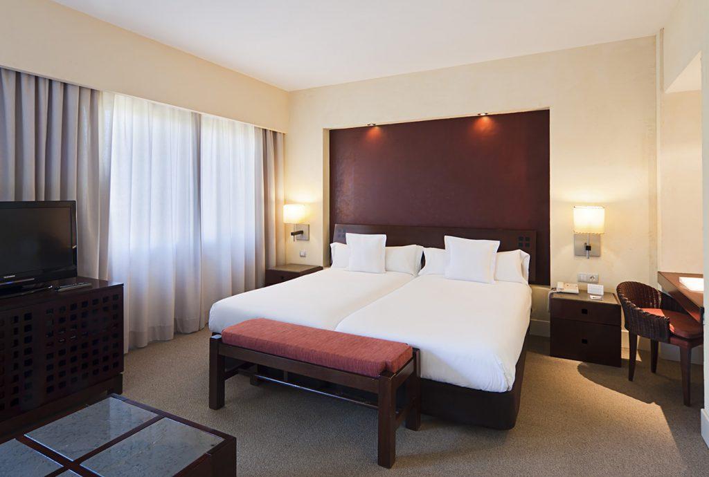 https://golftravelpeople.com/wp-content/uploads/2019/04/Islantilla-Golf-Resort-Hotel-Bedrooms-1-1024x690.jpg