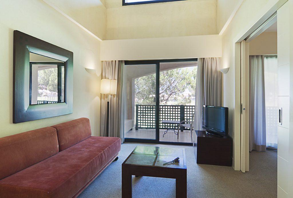 https://golftravelpeople.com/wp-content/uploads/2019/04/Islantilla-Golf-Resort-Hotel-Bedrooms-10-1024x693.jpg