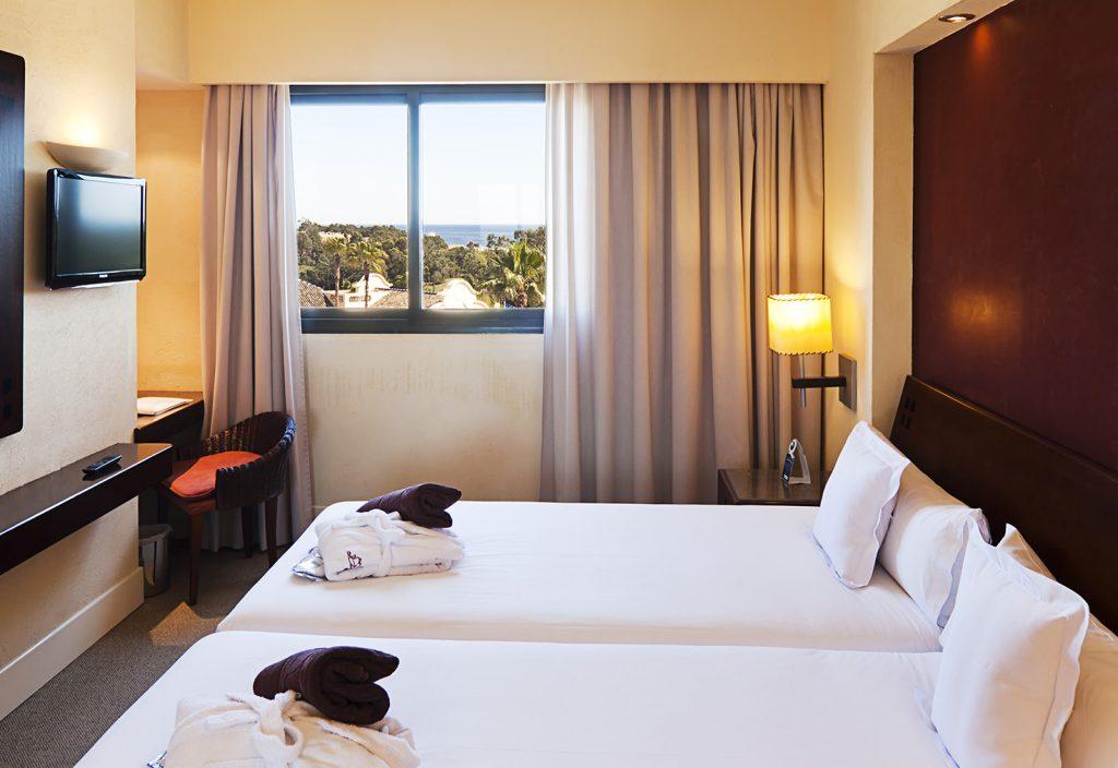 https://golftravelpeople.com/wp-content/uploads/2019/04/Islantilla-Golf-Resort-Hotel-Bedrooms-13-1024x704.jpg