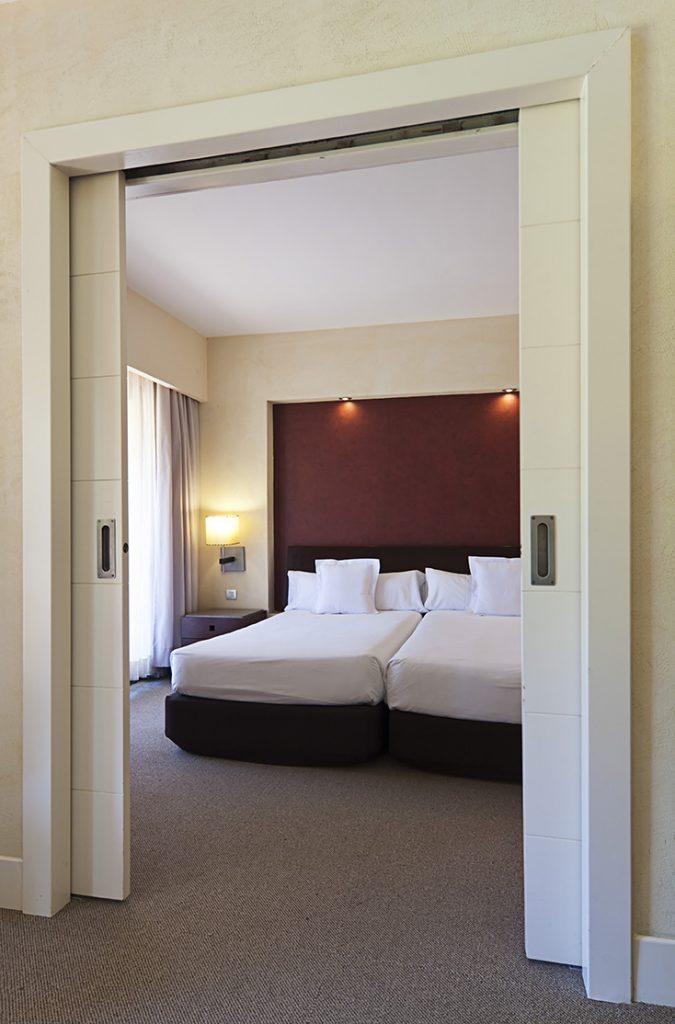 https://golftravelpeople.com/wp-content/uploads/2019/04/Islantilla-Golf-Resort-Hotel-Bedrooms-14-675x1024.jpg