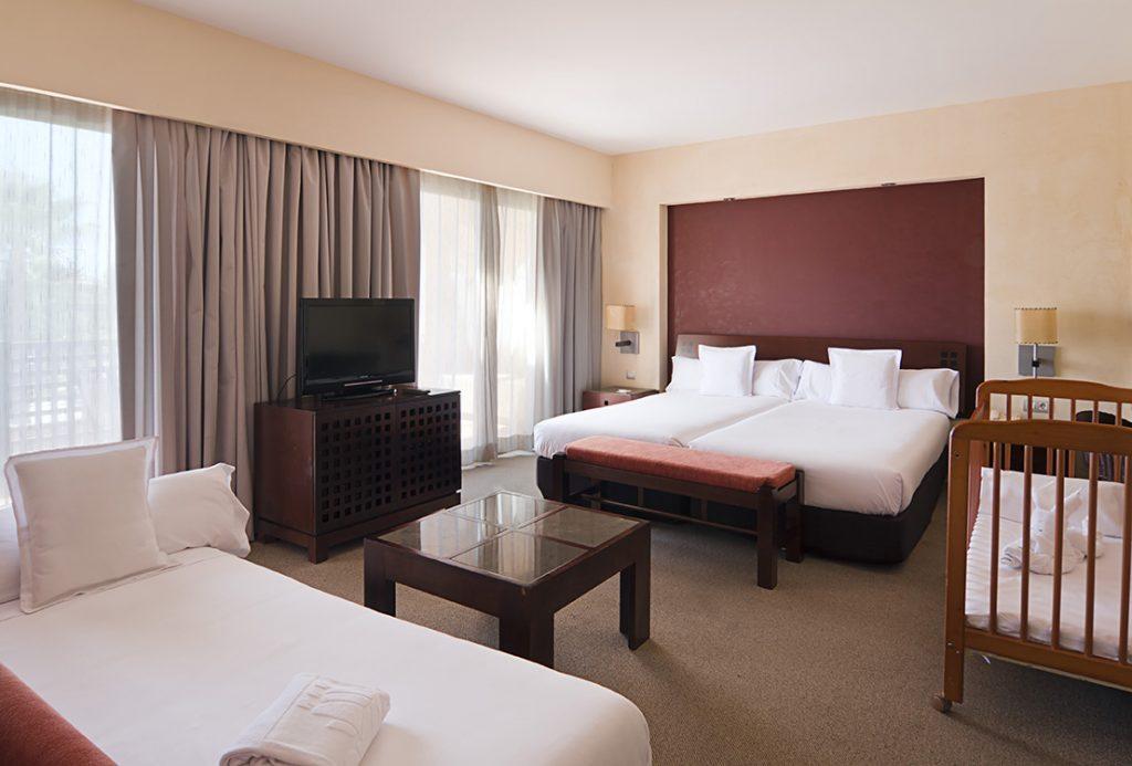 https://golftravelpeople.com/wp-content/uploads/2019/04/Islantilla-Golf-Resort-Hotel-Bedrooms-15-1024x693.jpg