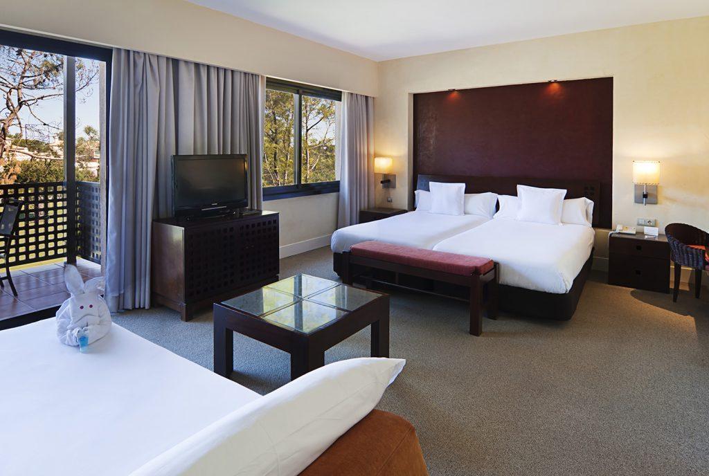https://golftravelpeople.com/wp-content/uploads/2019/04/Islantilla-Golf-Resort-Hotel-Bedrooms-16-1024x688.jpg