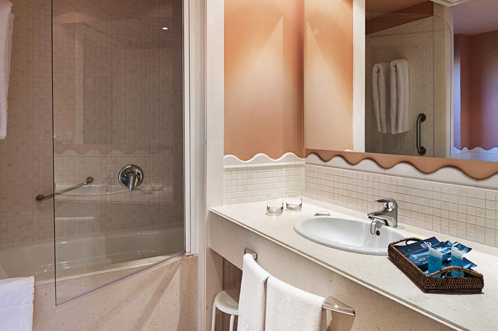 https://golftravelpeople.com/wp-content/uploads/2019/04/Islantilla-Golf-Resort-Hotel-Bedrooms-2-1024x681.jpg