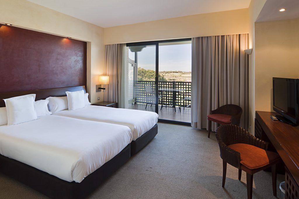 https://golftravelpeople.com/wp-content/uploads/2019/04/Islantilla-Golf-Resort-Hotel-Bedrooms-20-1024x684.jpg