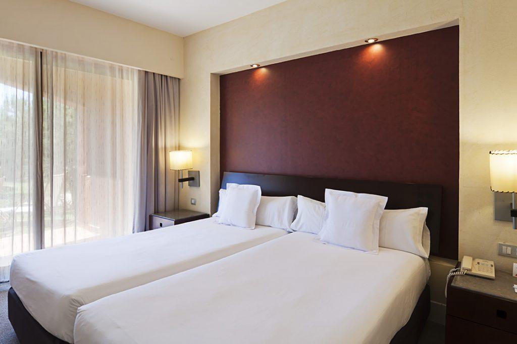 https://golftravelpeople.com/wp-content/uploads/2019/04/Islantilla-Golf-Resort-Hotel-Bedrooms-3-1024x681.jpg