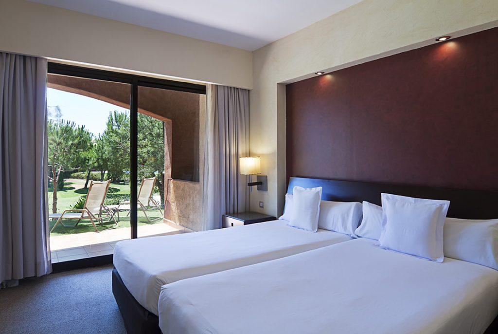 https://golftravelpeople.com/wp-content/uploads/2019/04/Islantilla-Golf-Resort-Hotel-Bedrooms-4-1024x686.jpg