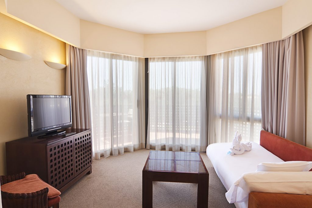 https://golftravelpeople.com/wp-content/uploads/2019/04/Islantilla-Golf-Resort-Hotel-Bedrooms-5-1024x683.jpg