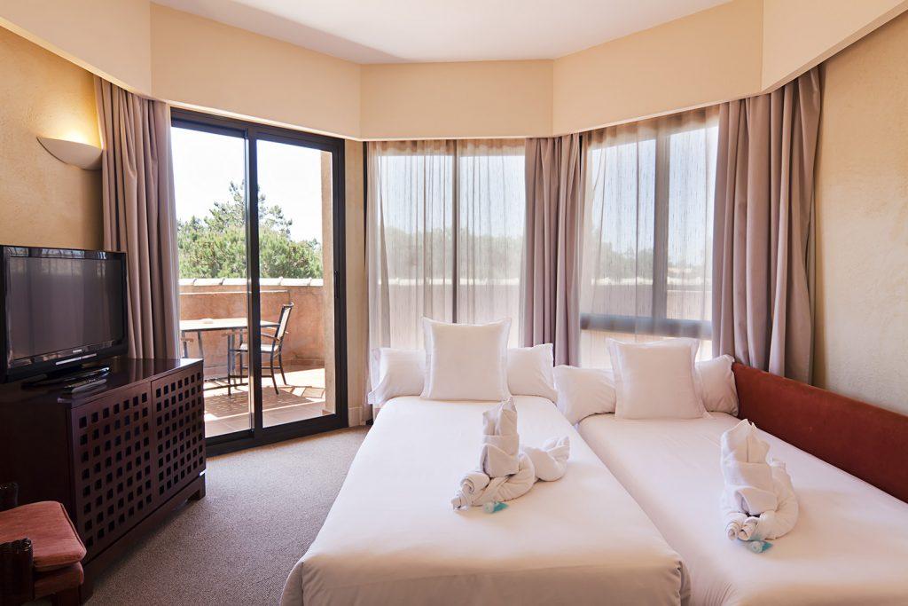 https://golftravelpeople.com/wp-content/uploads/2019/04/Islantilla-Golf-Resort-Hotel-Bedrooms-7-1024x683.jpg