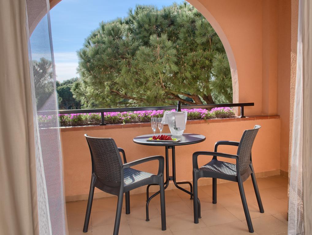 https://golftravelpeople.com/wp-content/uploads/2019/04/La-Costa-Hotel-Golf-and-Beach-Resort-Bedrooms-11.jpg
