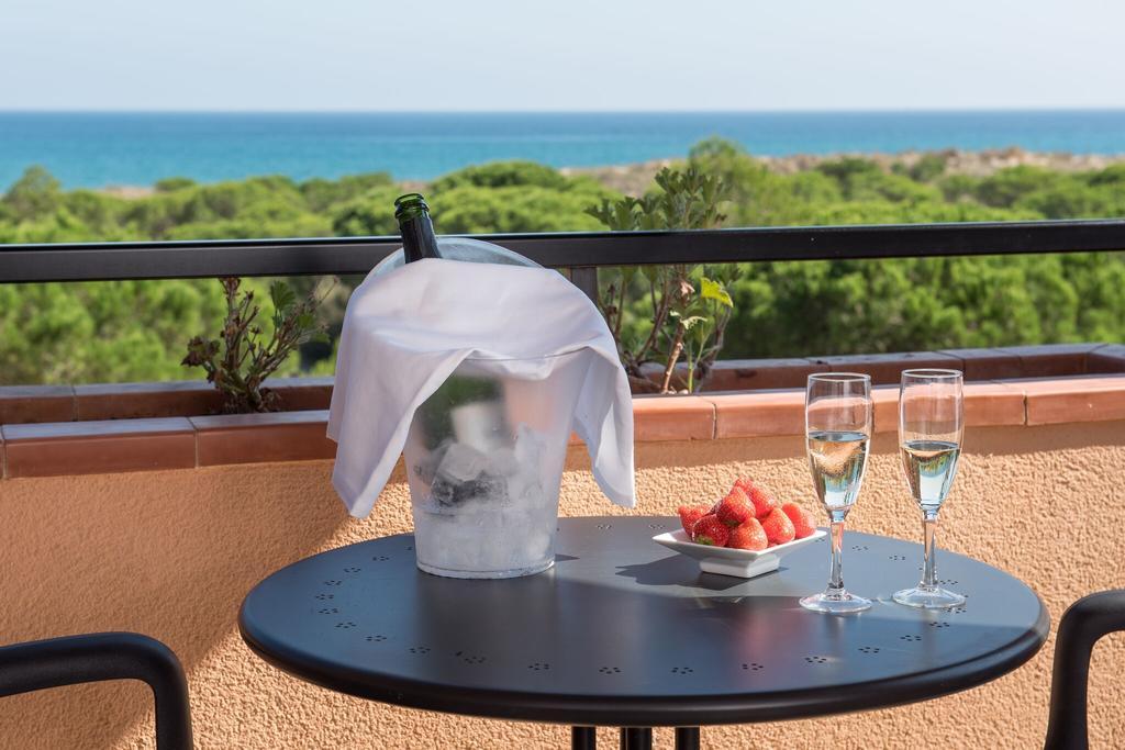 https://golftravelpeople.com/wp-content/uploads/2019/04/La-Costa-Hotel-Golf-and-Beach-Resort-Bedrooms-13.jpg