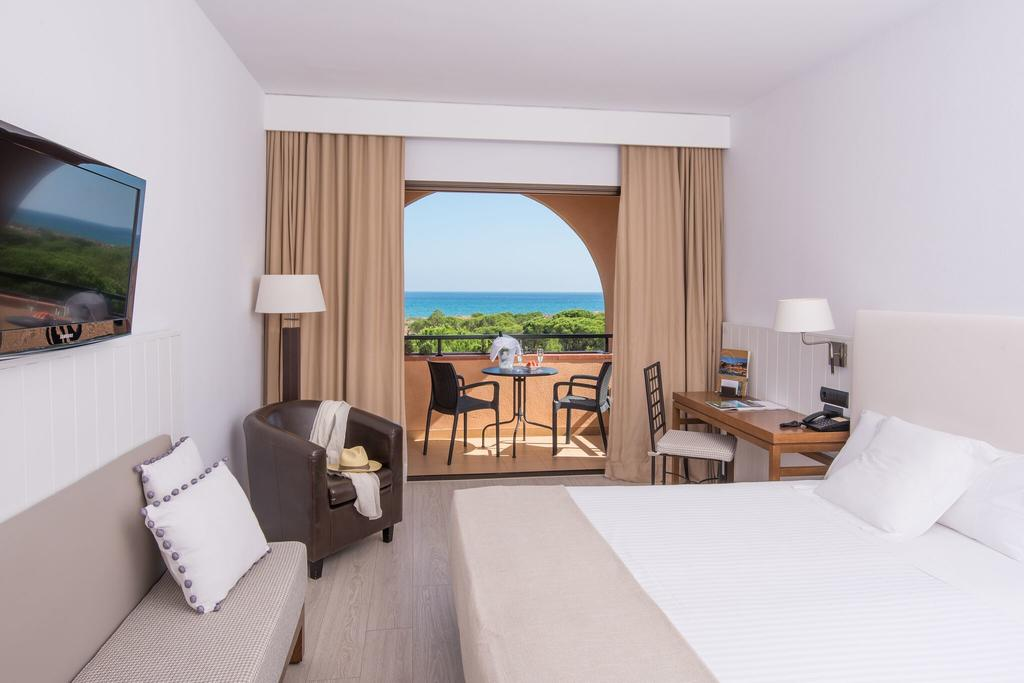 https://golftravelpeople.com/wp-content/uploads/2019/04/La-Costa-Hotel-Golf-and-Beach-Resort-Bedrooms-14.jpg