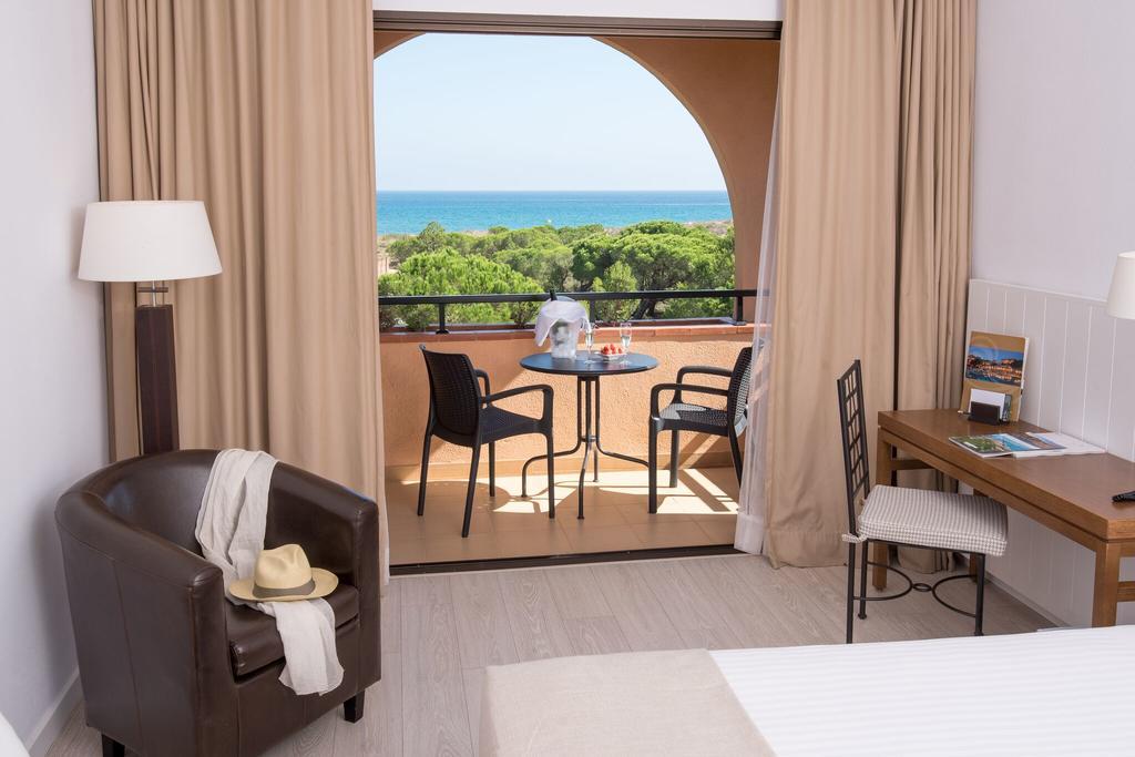 https://golftravelpeople.com/wp-content/uploads/2019/04/La-Costa-Hotel-Golf-and-Beach-Resort-Bedrooms-15.jpg