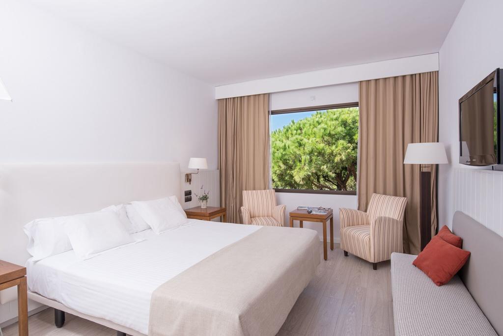 https://golftravelpeople.com/wp-content/uploads/2019/04/La-Costa-Hotel-Golf-and-Beach-Resort-Bedrooms-16.jpg
