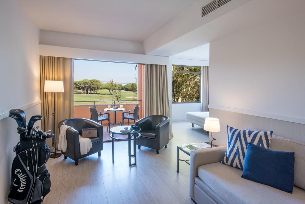 https://golftravelpeople.com/wp-content/uploads/2019/04/La-Costa-Hotel-Golf-and-Beach-Resort-Bedrooms-17.jpg