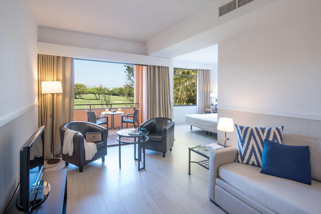 https://golftravelpeople.com/wp-content/uploads/2019/04/La-Costa-Hotel-Golf-and-Beach-Resort-Bedrooms-18.jpg