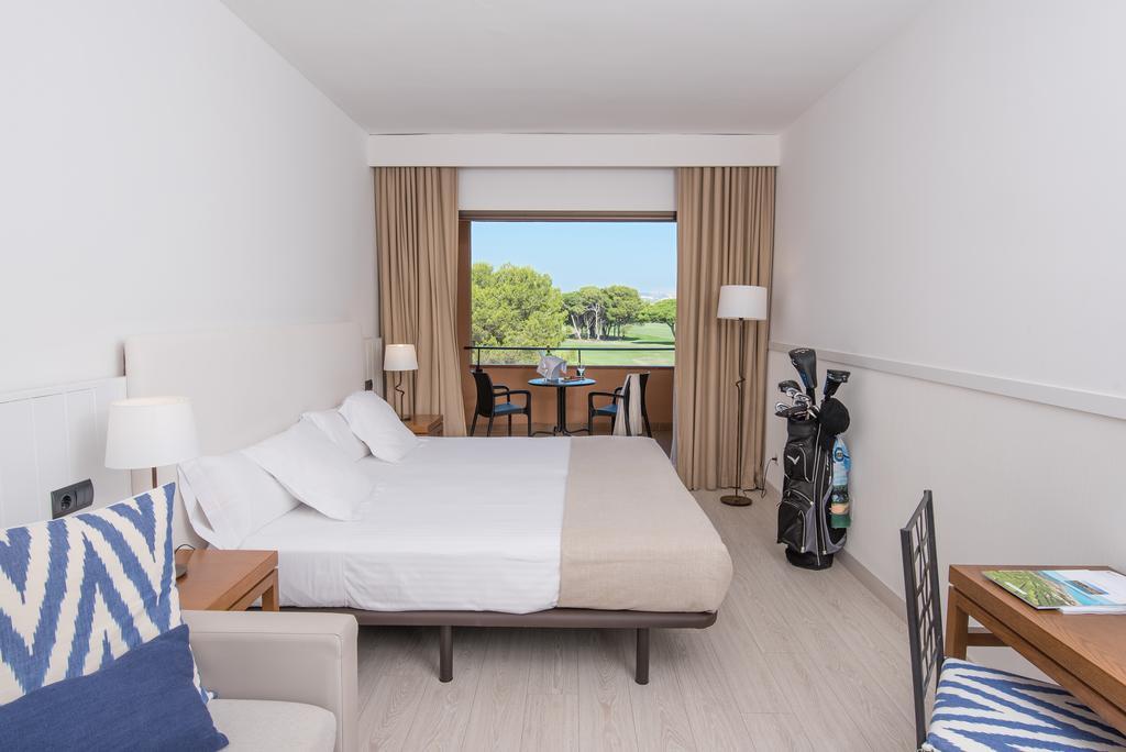 https://golftravelpeople.com/wp-content/uploads/2019/04/La-Costa-Hotel-Golf-and-Beach-Resort-Bedrooms-20.jpg