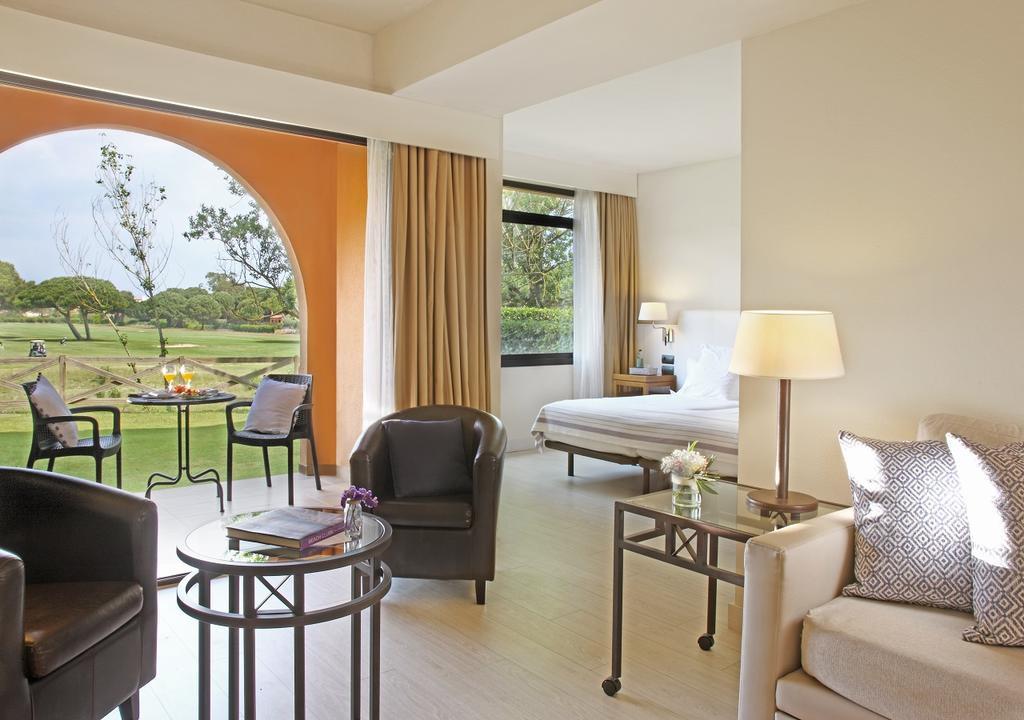 https://golftravelpeople.com/wp-content/uploads/2019/04/La-Costa-Hotel-Golf-and-Beach-Resort-Bedrooms-22.jpg