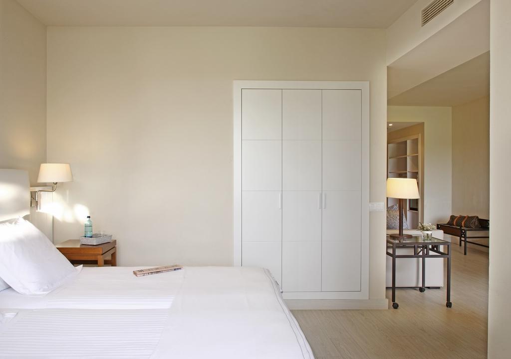 https://golftravelpeople.com/wp-content/uploads/2019/04/La-Costa-Hotel-Golf-and-Beach-Resort-Bedrooms-23.jpg