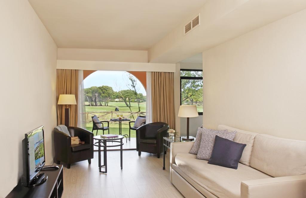 https://golftravelpeople.com/wp-content/uploads/2019/04/La-Costa-Hotel-Golf-and-Beach-Resort-Bedrooms-24.jpg