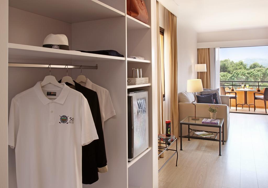 https://golftravelpeople.com/wp-content/uploads/2019/04/La-Costa-Hotel-Golf-and-Beach-Resort-Bedrooms-25.jpg