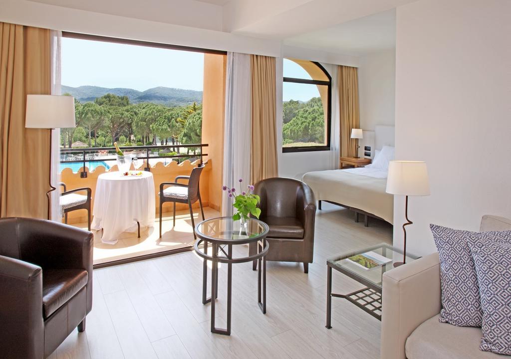 https://golftravelpeople.com/wp-content/uploads/2019/04/La-Costa-Hotel-Golf-and-Beach-Resort-Bedrooms-26.jpg