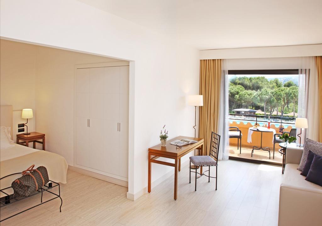 https://golftravelpeople.com/wp-content/uploads/2019/04/La-Costa-Hotel-Golf-and-Beach-Resort-Bedrooms-28.jpg