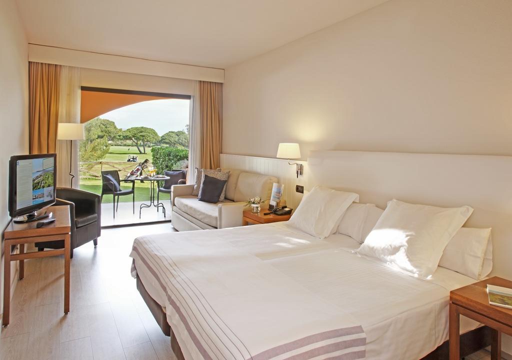 https://golftravelpeople.com/wp-content/uploads/2019/04/La-Costa-Hotel-Golf-and-Beach-Resort-Bedrooms-29.jpg