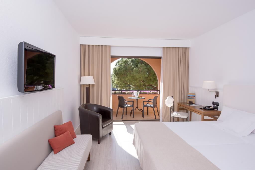 https://golftravelpeople.com/wp-content/uploads/2019/04/La-Costa-Hotel-Golf-and-Beach-Resort-Bedrooms-3.jpg